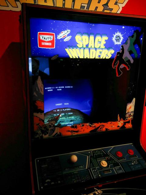 ゲーム『スペースインベーダー』アップライト筐体の画像